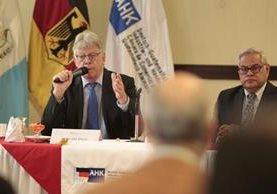 Embajador de Alemania, Harald Klein, durante el conversatorio organizado por la Cámara de Comercio e Industria Guatemalteco-Alemana. (Foto Prensa Libre: Carlos Hernández)