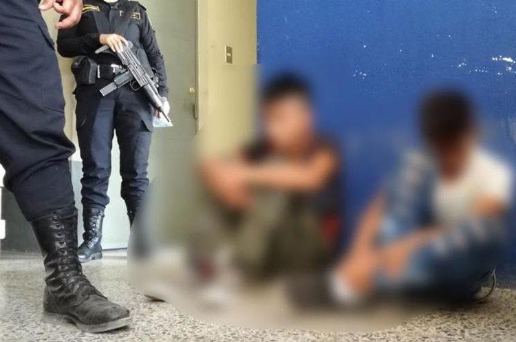 Dos menores de edad son los presuntos responsables del ataque contra piloto y ayudante. (Foto Prensa Libre: Cristian Soto)