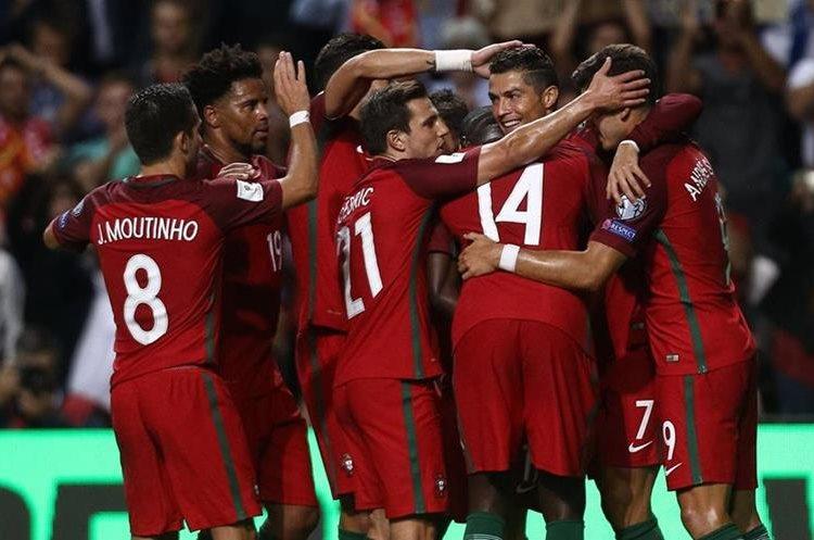 Cristiano Ronaldo, de Portugal, celebra con sus compañeros luego de anotar un gol durante un partido contra Islas Feroe.