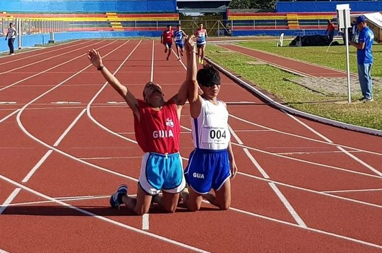 Raxón levanta las manos en señal de agradecimiento. (Foto Prensa Libre: CDAG)