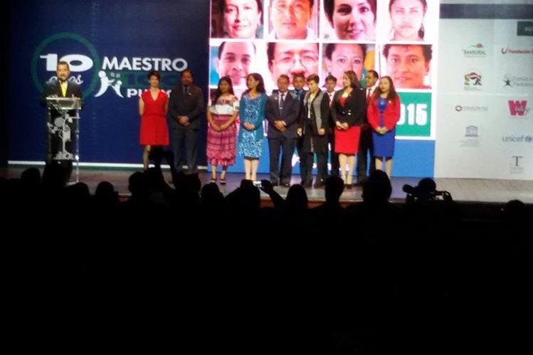 Los maestros y directores premiados en el programa de Empresarios por la Educación. (Foto Prensa Libre: Alvaro Interiano)