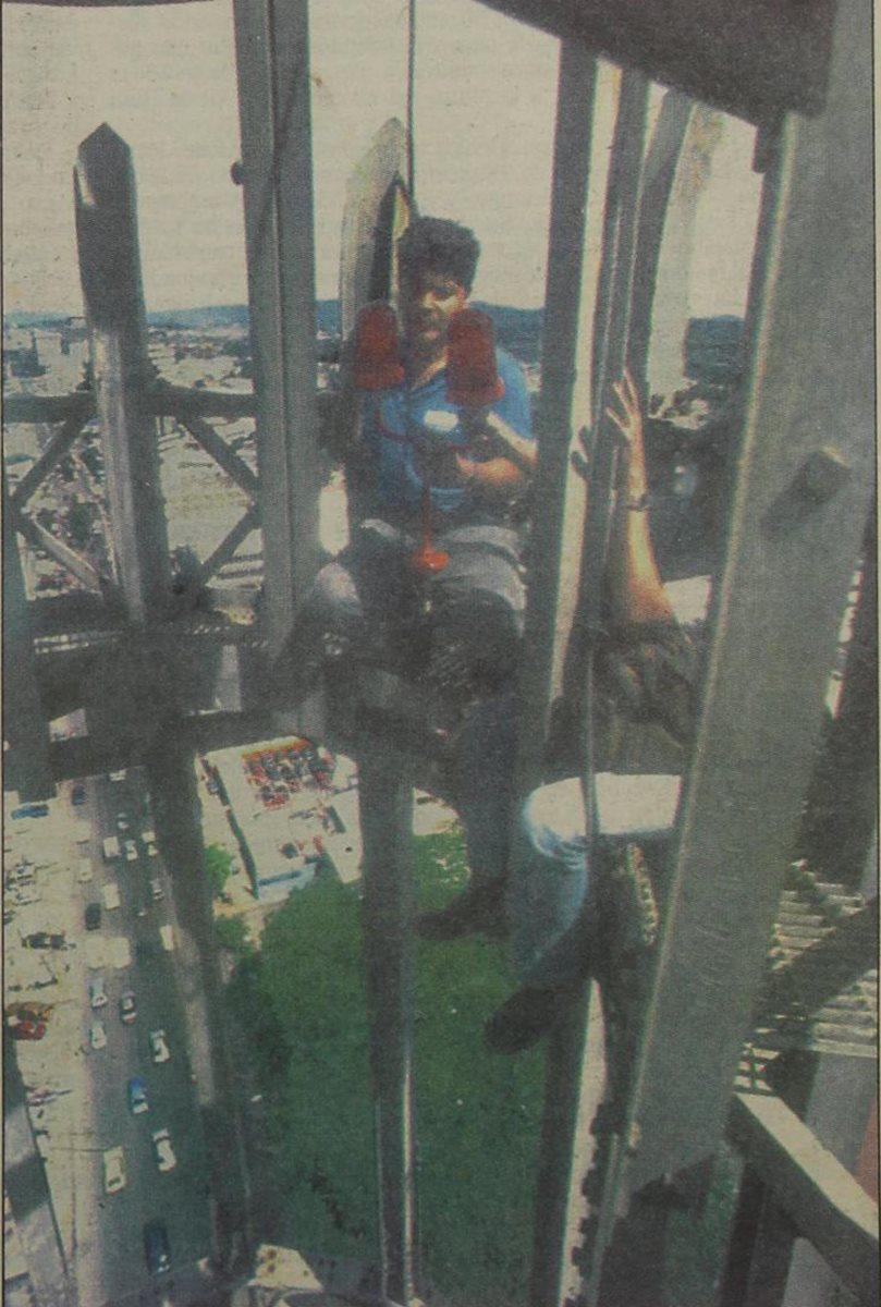 Especialistas de Aeronáutica Civil instalan un nuevo faro en la Torre del Reformador el  20/11/1994. (Foto: Hemeroteca PL)