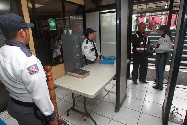 Agentes de seguridad de la empresa Súper Control 24 resguardan las oficinas centrales del Renap, en la calzada Roosevelt, zona 7. (Foto Prensa Libre: Estuardo Paredes)