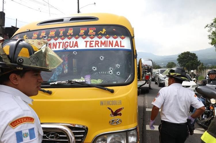 Socorristas resguardan el lugar donde se registró el ataque armado contra el piloto Nimbro Carmona López. (Foto Prensa Libre: Renato Melgar)