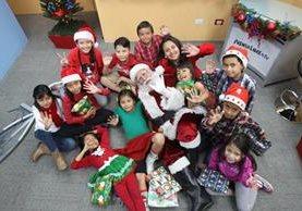 Doce niños y niñas de distintas edades visitaron la redacción de Prensa Libre y convivieron con Santa Claus, durante el programa en línea El Consultorio. (Fotos Prensa Libre, Érick Ávila)