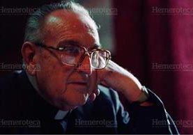 Foto clásica de monseñor Gerardi, en actitud de reflexión, durante una entrevista. (Foto: Hemeroteca PL)