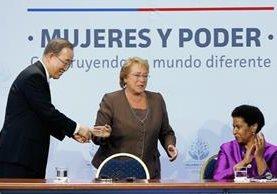 La presidenta de Chile, Michelle Bachelet —centro—, presidió reunión sobre igualdad de mujeres.