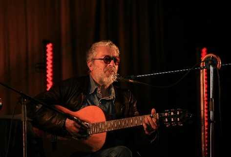 Facundo Cabral, su guitarra y su voz hacen el equipo.