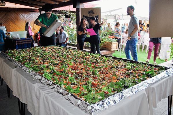 Una ensalada orgánica gigante fue preparada el sábado en Xela, para promover una alimentación saludable. (Foto Prensa Libre: Alejandra Martínez)