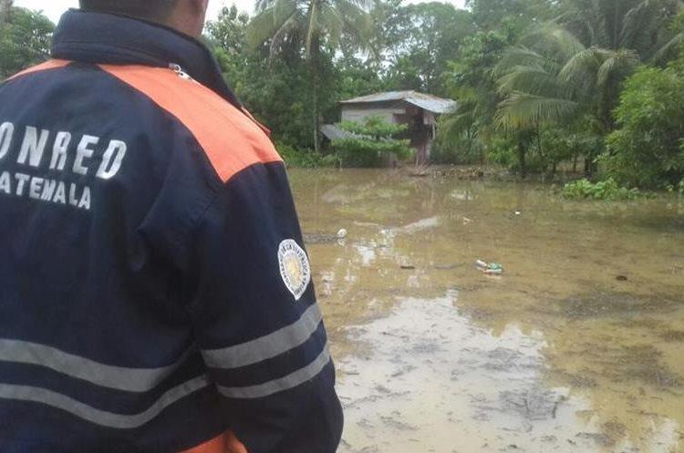 Personal de Conred verifica las áreas inundadas en La Libertad, Petén. (Foto Prensa Libre: Conred)