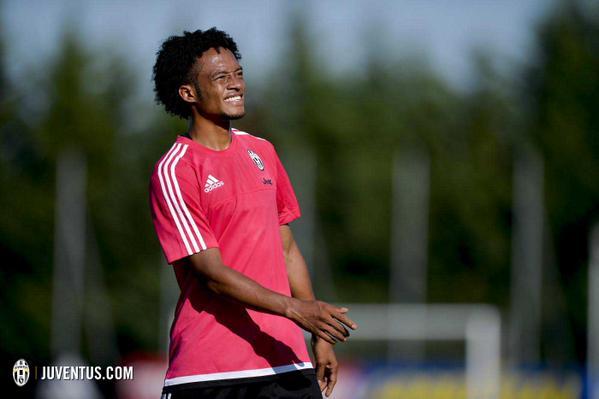 Cuadrado durante el entrenamiento de esta mañana con la Juventus. (Foto Prensa Libre: Twitter Juventus)