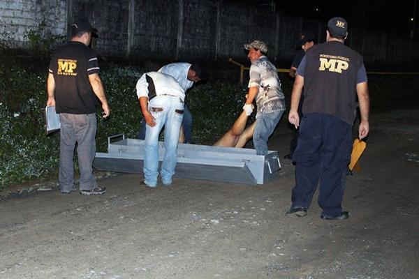 """<p>Peritos del MP trabajan en el lugar donde quedó el cadáver de Enriquez Velásquez. (Foto Prensa Libre: Edwin Perdomo). <br _mce_bogus=""""1""""></p>"""