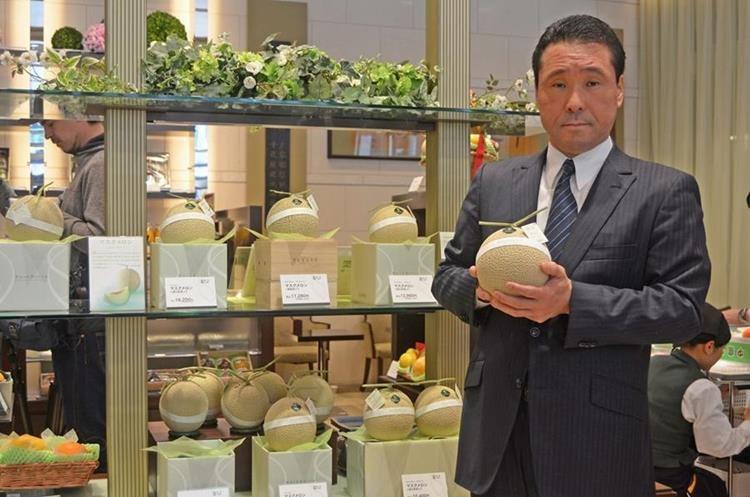 Ushio Oshima pertenece a la sexta generación de fruteros de Sembikiya.