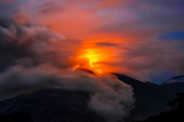Volcán de Fuego lanza lava y alerta a las autoridades. (Foto Prensa Libre: Conred)