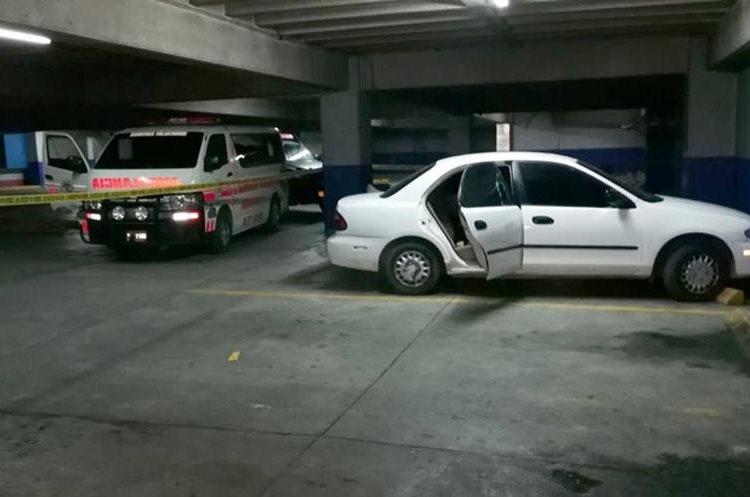 El cadáver de Claudia Eunice Villegas González, asistente de una diputada por Huehuetenango, fue abandonado en un vehículo estacionado en un centro comercial. (Foto Prensa Libre: Mike Castillo)