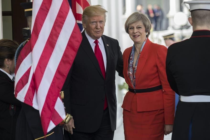 El presidente estadounidense, Donald Trump recibe a la primera ministra británica Theresa May. (Foto Prensa Libre: EFE)