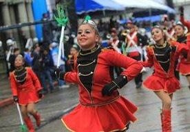 Desfile llama la atención de cientos de guatemaltecos.