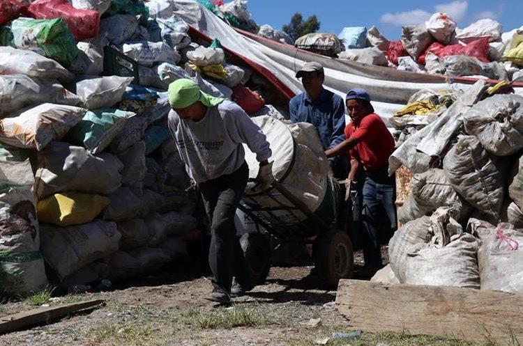 Los desechos clasificados son vendidas a las empresas recicladoras en la capital. (Foto Prensa Libre: Mike Castillo)