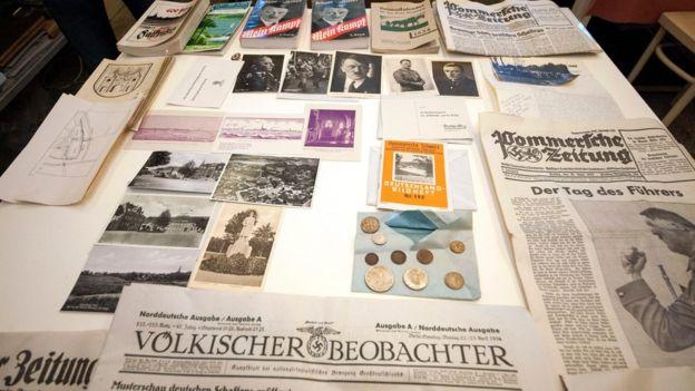 """En el tubo de cobre se hallaron monedas, fotografías, periódicos y copias del manifiesto nazi """"Mi lucha"""". EPA"""