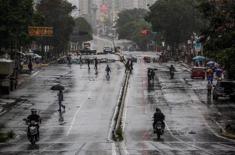 Manifestantes bloquean una calle en Caracas, Venezuela.(EFE).