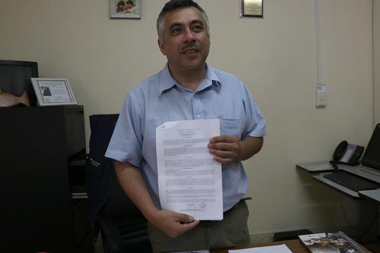 Sergio Tumax Sierra muestra el oficio en el cual fue notificado de su destitución. (Foto Prensa Libre: Mike Castillo)