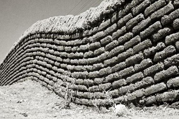 Barda de adobe que Rulfo fotografió en torno a 1940 en Guadalajara. (FUNDACIÓN JUAN RULFO)