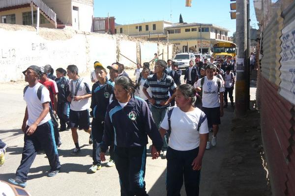 """<p>Padres de familia y estudiantes recorrieron calles de la cabecera de San Marcos. (Foto Prensa Libre: Genner Guzmán)<br _mce_bogus=""""1""""></p>"""