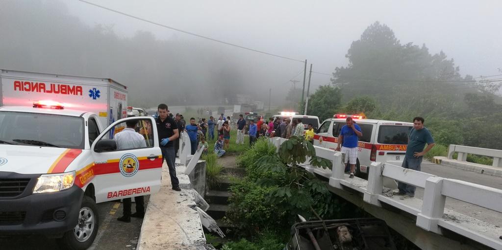 Curiosos permanecen en el lugar donde ocurrió el accidente del bus en Barberena. (Foto Prensa Libre: Oswaldo Cardona).