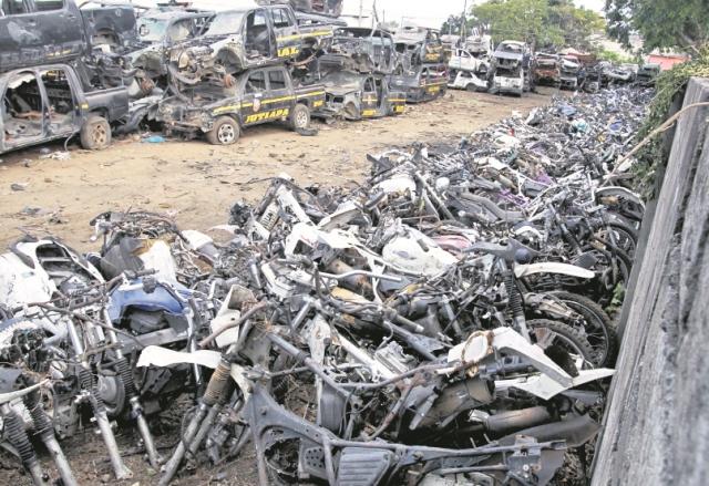 Autopatrullas y motocicletas se encuentran en total abandono, en uno de los parqueos de la PNC. (Foto: Hemeroteca PL)
