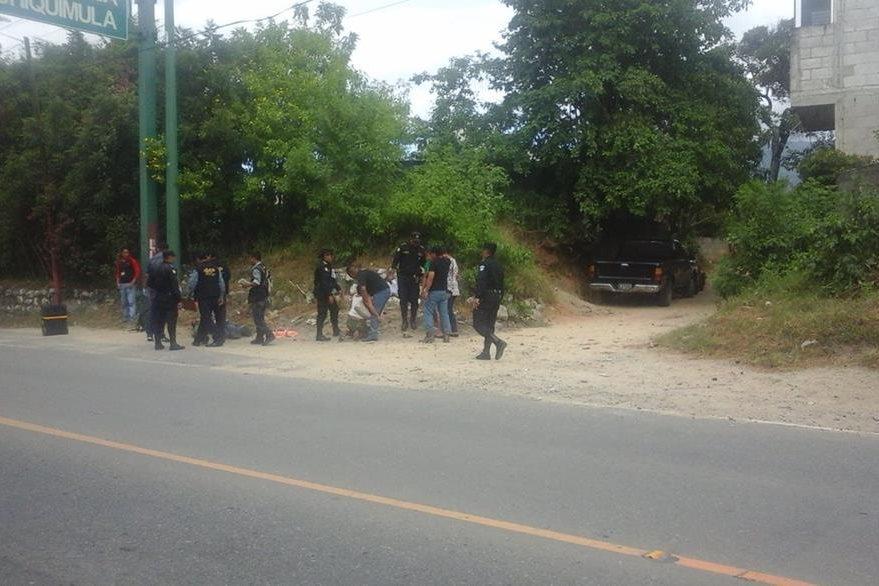 Agentes de la PNC resguardan el lugar donde un ayudante de microbús murió baleado, en la cabecera de Chiquimula. (Foto Prensa Libre: Edwin Paxtor)