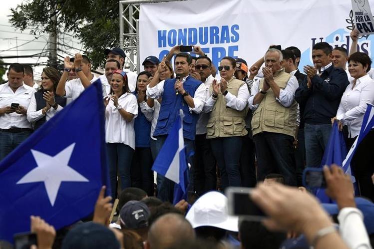 Juan Orlando Hernández, mantiene ventaja en los cuestionados comicios del 26 de noviembre en los que aspira a la reelección.(AFP).