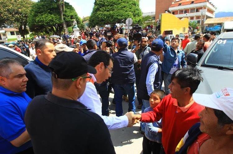 Los pobladores pidieron que no se politizara la ayuda y reclamaron el mal estado de las carreteras. (Foto Prensa Libre: Álvaro Interiano)