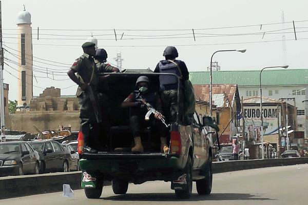 Fuerzas nigerianas patrullan calles de Kaduna, Nigeria, en día de elecciones.