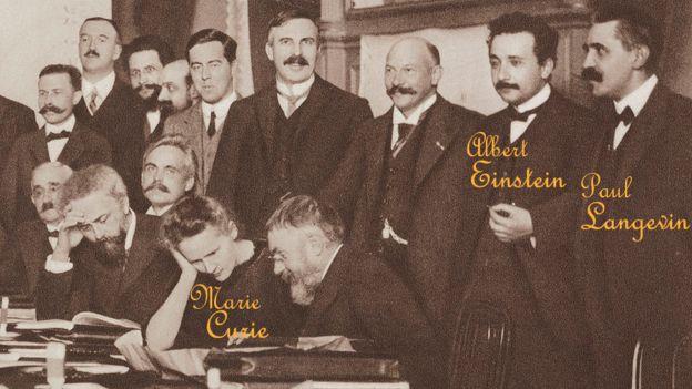 Einstein, Langevin y Curie se conocían. Aquí están en una conferencia de Física en Bruselas ese mismo año. (Foto Prensa Libre: Getty Images)