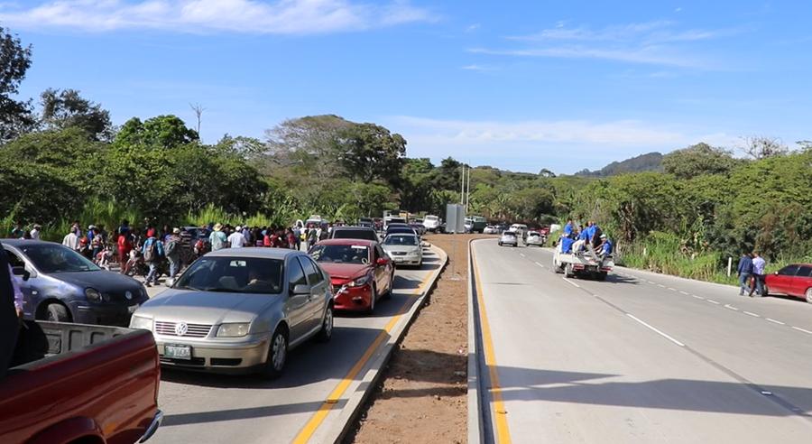 Una gran cantidad de vehículos utilizan el libramiento en la ruta a El Salvador, el cual evita el paso por el centro de Barberena. (Foto Prensa Libre: Hugo Oliva)