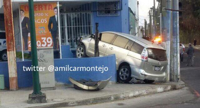 Vehículo empotrado en un negocio de la zona 15. (Foto Prensa Libre: Twitter Amílcar Montejo)