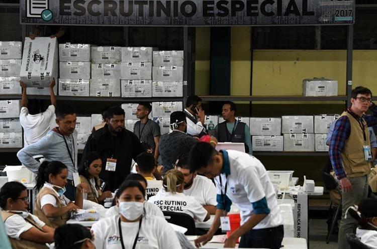Empleados del Tribunal Supremo Electoral de Honduras cuentan los votos en Tegucigalpa. (AFP).