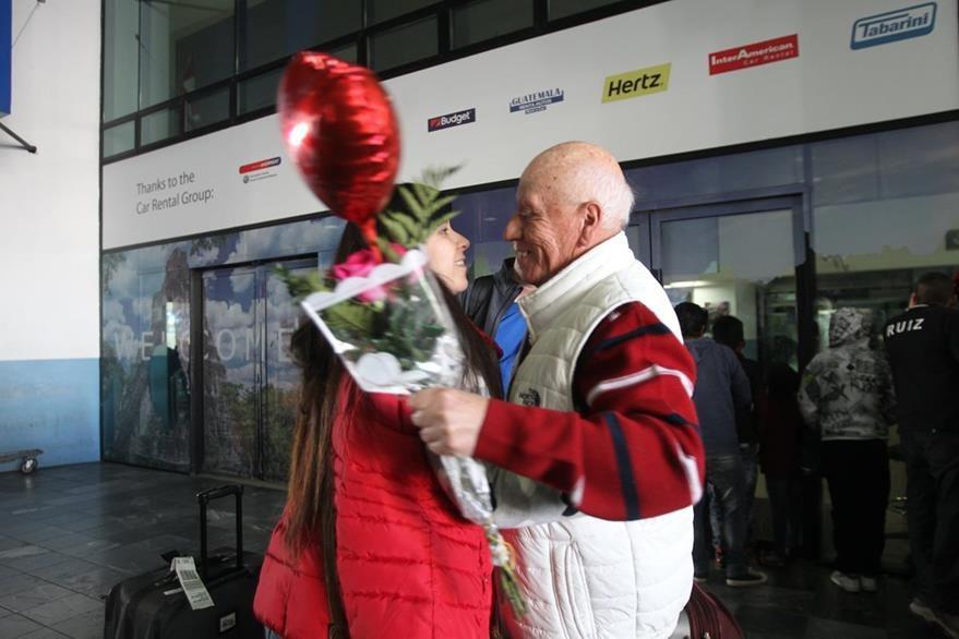 Gonzalo Asturias,recibe a su hija Silvia con rosas en el aeropuerto La Aurora. (Foto Prensa Libre: Érick Ávila)