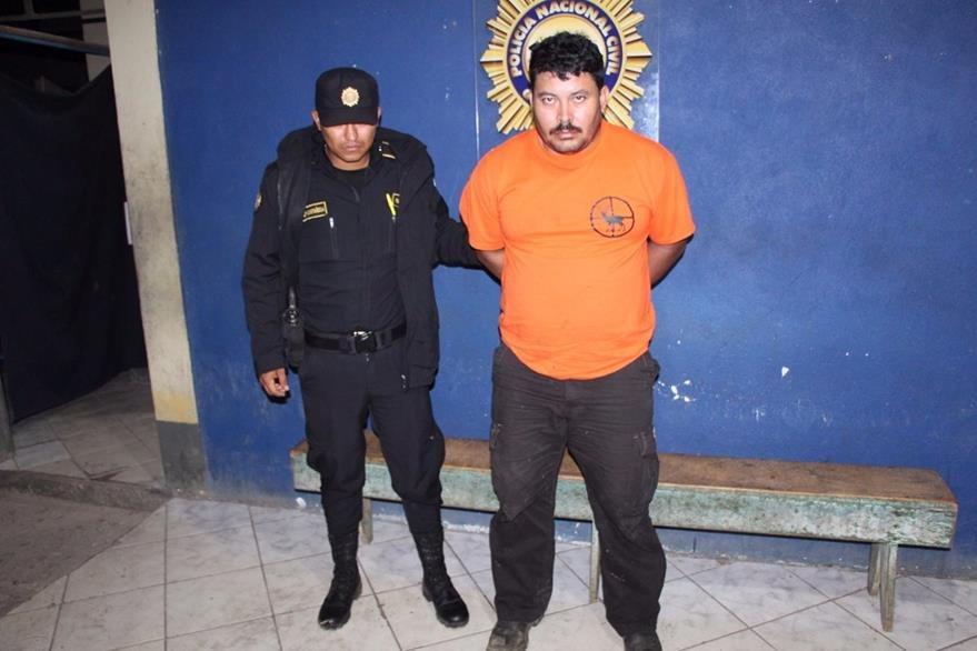 Manuel de Jesús López es capturado por agentes de la PNC en La Libertad, Petén. (Foto Prensa Libre: Manuel Romero)