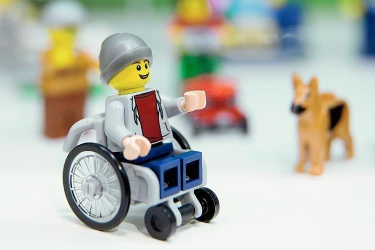 Una figura de Lego en silla de ruedas se comercializará en junio de este año. (Foto Prensa Libre: AFP).