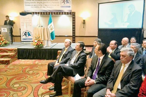 El acuerdo que firmaron los partidos busca evitarlas confrontaciones en el proceso electoral. (Foto Prensa Libre: Estuardo Paredes)