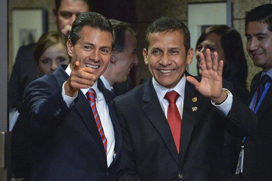 Enrique Peña Nieto, presidente de México, saluda a su par peruano Ollanta Humala, en la cumbre del UE-Celac. (Foto Prensa Libre: EFE).
