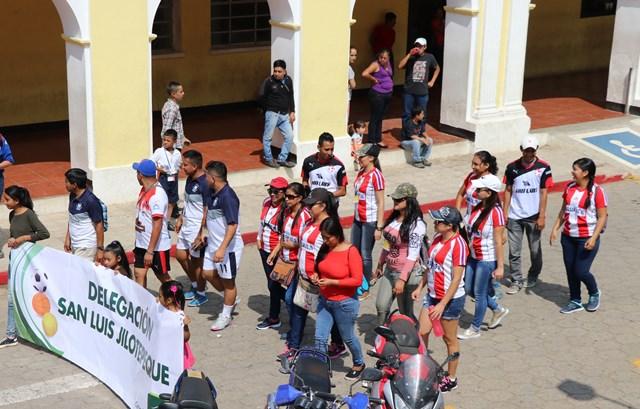 Maestros de San Luis Jilotepeque, son captados durante el desfile por la inauguración de los juegos deportivos. (Foto Prensa Libre: Hugo Oliva)