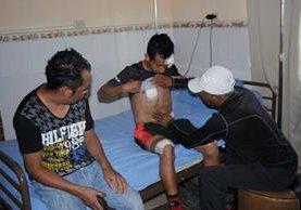Celso, un hermano y Víctor, padre del atleta, muestras las heridas que sufrió el ciclista el viernes último, luego de haber sido atropellado junto a sus compañero de equipo de ciclismo. (Foto Prensa Libre: Víctor Chamalé)