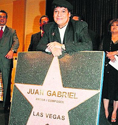 Juan Gabriel cuando suscribió su nombre en Las Vegas. (Foto Prensa Libre: Hemeroteca PL)