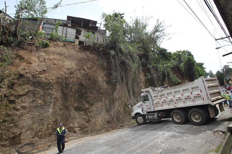La Municipalidad de Mixco coordinó las tareas de limpieza en Doraldina 1, zona 2 de Mixco. (Foto Prensa Libre: Érick Ávila)