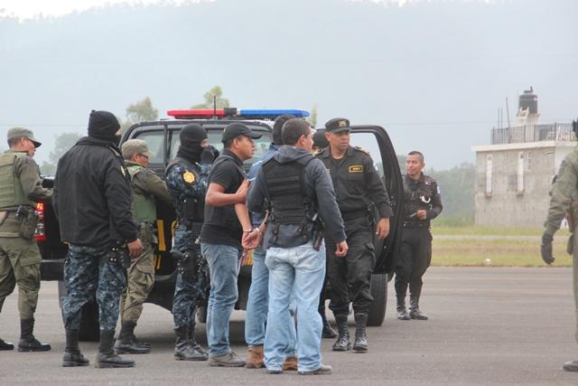 Autoridades trasladan a Cardona Ortiz hacia el aeropuerto de la ciudad de Huehuetenango. (Foto Prensa Libre)
