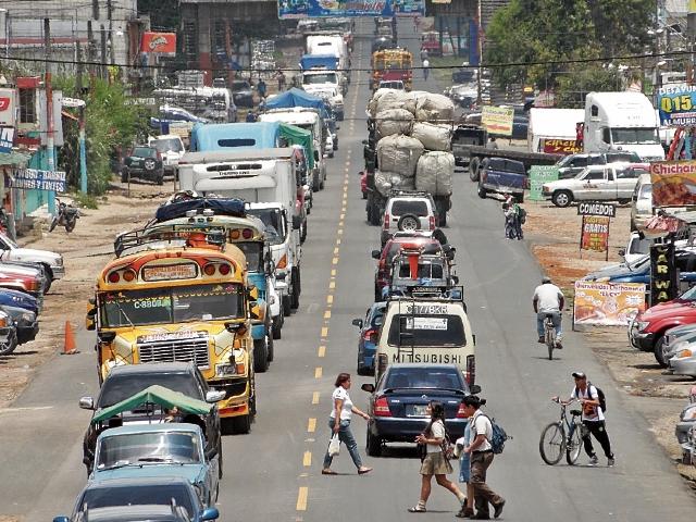 El desorden vial reina en el trayecto de la cabecera de Chimaltenango, donde conductores pierden hasta hora y media para cruzar los 10 km de zona urbana. (Foto Prensa Libre: José Rosales).