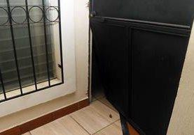 Esta es la puerta de la iglesia que fue forzada por delincuentes. (Foto Prensa Libre: Rolando Miranda)