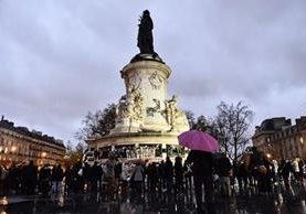 Franceses se concentran en la Plaza de la República, en París, para recordar a víctimas de atentados. (AFP)